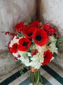 bouquet-per-matrimonio-in-inverno-con-papaveri-e-bacche-rosse
